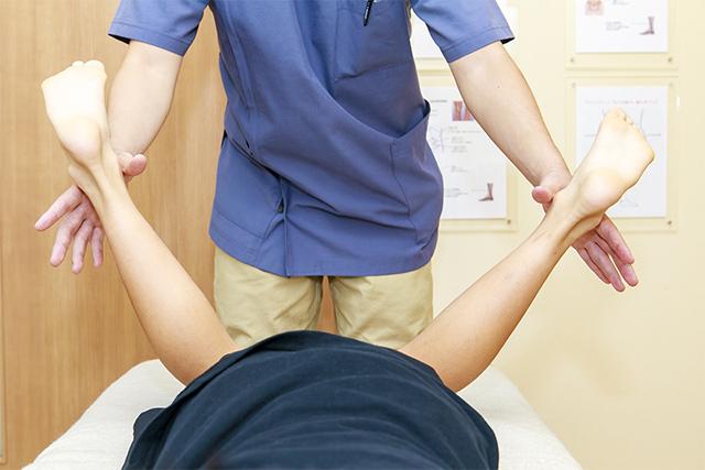 施術の流れその4 身体のゆがみをチェックします。